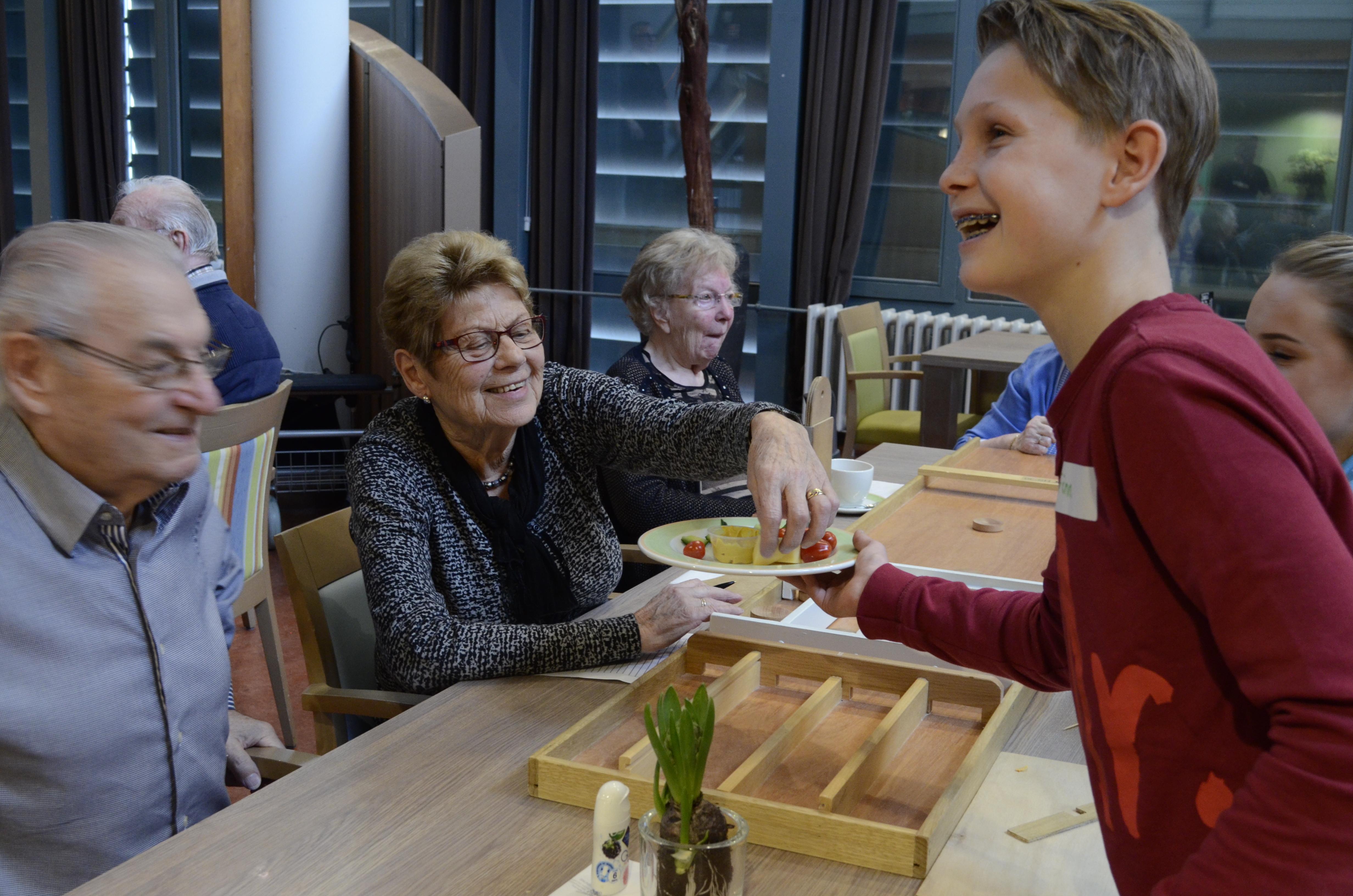 Leerlingen organiseren feestelijke middag voor ouderen