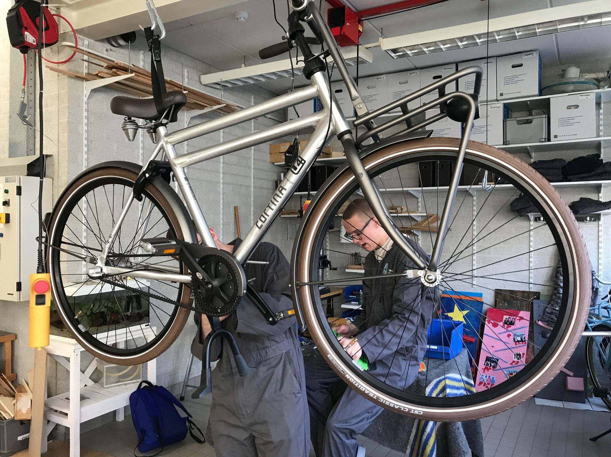 Victor en Lucas repareren fietsen